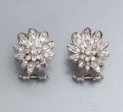 Paire de boucles d'oreilles en or gris 750°/00 à décor de fleurs, serties de diamants...
