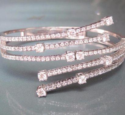 Bracelet croisé en or gris 585°/00 (coquille)...