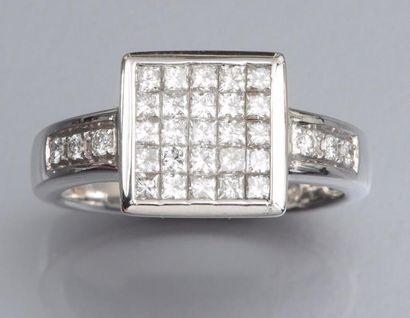 Bague en or gris 750°/00 (tête d'aigle) et diamants taille princesse. 8.50 g. TDD...
