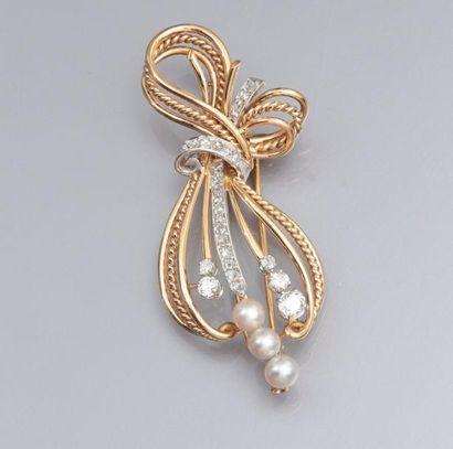 Broche clip ruban noué en or jaune 750°/00 et platine, sertie de diamants taille...