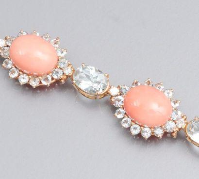 Bracelet en or deux tons 750°/00 (hibou), serti de cabochons ovales de corail rose...