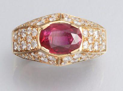 FRED Bague en or jaune 750°/00 (charançon) sertie d'un rubis ovale à facettes, la...
