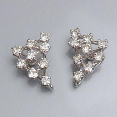 Paire de boucles d'oreilles en or gris 750°/00, serties de diamants taille brillant....