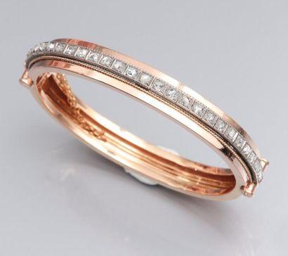 Bracelet rigide en or deux tons 750°/00 (tête d'aigle) serti d'un rang de diamants...