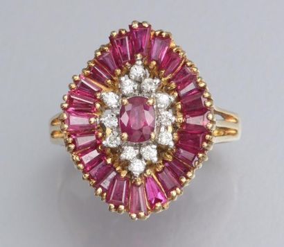 Bague en or jaune 750°/00 (hibou), sertie de rubis calibrés et de diamants 7.60...