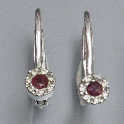 Paire de dormeuses en or gris 585°/00 ,serties de rubis et diamants. 1.80 g