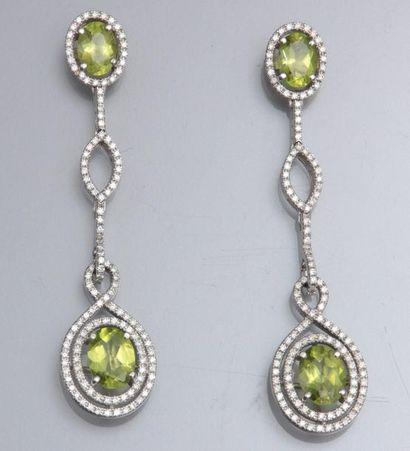 Paire de boucles d'oreilles en or gris 750°/00 , serties de diamants et de péridots...