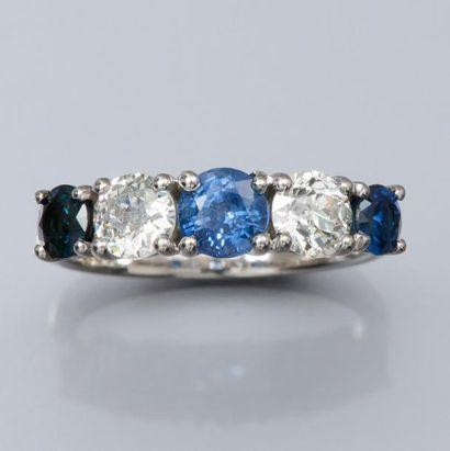 Bague jarretière en or gris 750°/00 (hibou), sertie de saphirs ronds et diamants...