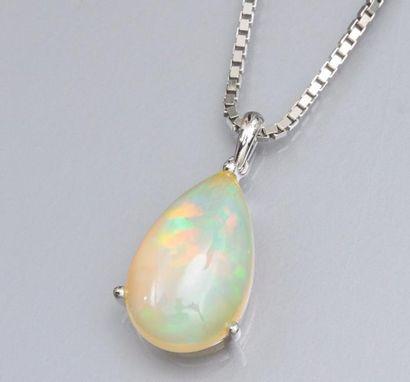 Pendentif en or gris 750°/00 (hibou) serti d'une opale poire cabochon de 9 carats...