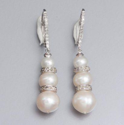 Paire de boucles d'oreilles en or gris 750°/00 (tête d'aigle) serties de perles...