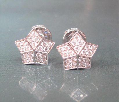 FRED Paire de boucles d'oreilles étoiles en or gris 750°/00, serties de diamants....