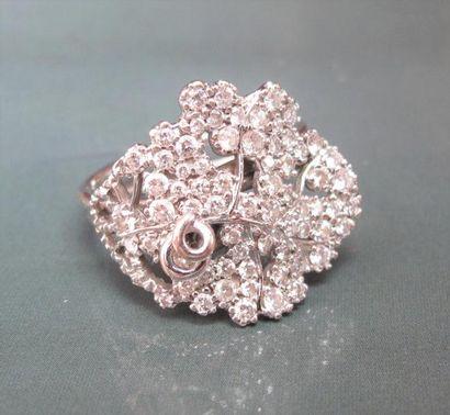 Bague en or gris 750°/00 (hibou) stylise une feuille de vigne, sertie de diamants...