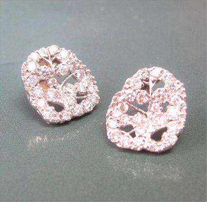 Paire de boucles d'oreilles feuilles de vignes en or gris 750°/00, serties de diamants...