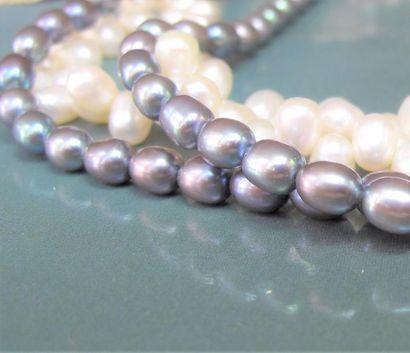Collier de quatre rangs de perles de culture...