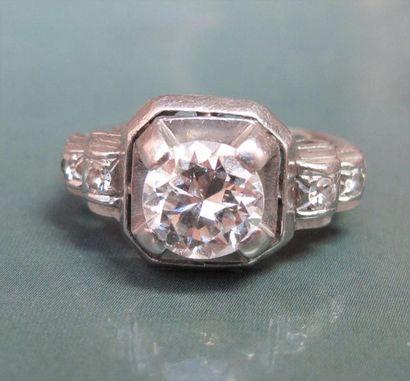 Bague en platine, sertie d 'un diamant taille brillant de 1.10 carat environ, épaulé de petits diama