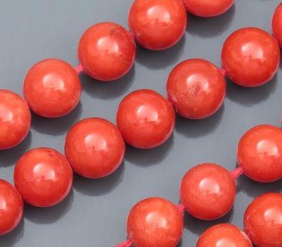 Deux rangs  de boules de corail rouge diamètre 7 à 8 mm. Italie,  à monter. 74 g.  L : 44.5 cm