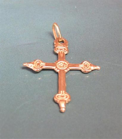 Petite croix en or jaune 750°/00 (tête d'aigle). 2.20 g