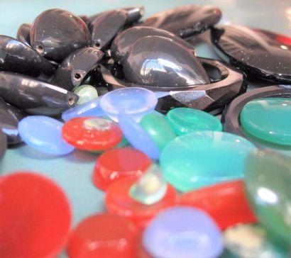 Important  lot de pastilles de pierres dures : onyx, agates,  et divers, diverses formes