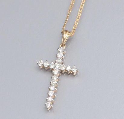 Fine chaîne et croix en or jaune 585°/00, la croix sertie de diamants. 2.60 g. L...