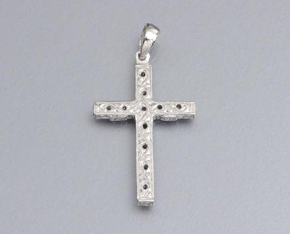 Croix en or gris 750°/00 (tête d'aigle), sertie de saphirs ronds et de diamants...