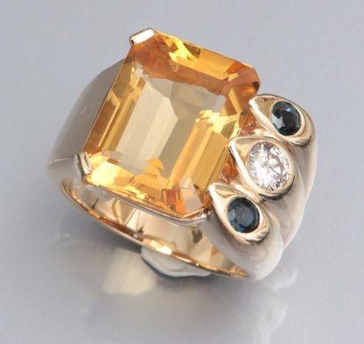 Chevalière en or jaune 585°/00, sertie d'une citrine rectangulaire à pans soulignée...