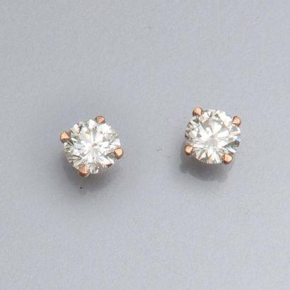 Paire de puces en or rose 750°/00 , chacune est sertie d 'un diamant taille brillant...