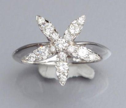 Bague fleur en or gris 750°/00 (hibou), sertie de diamants taille brillant. 4.40...