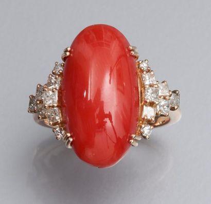 Bague en or jaune 750°/00 (hibou), sertie d 'un corail cabochon, épaulé de diamants...