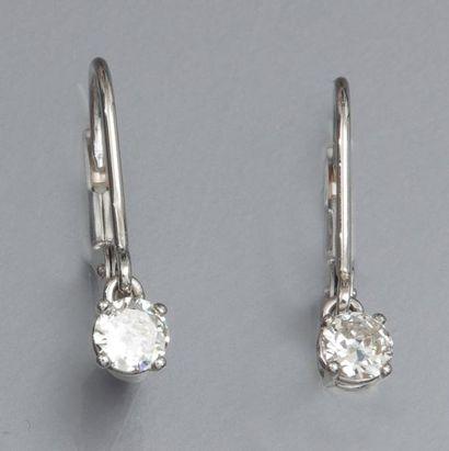 Paire de dormeuses en or gris 750°/00 , chacune est sertie d 'un diamant taille...