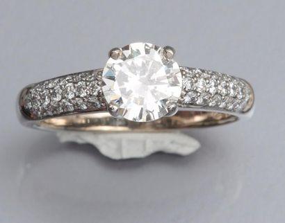 Bague en or gris 750°/00 (hibou), sertie d'un diamant taille brillant de 1.01 carat,...