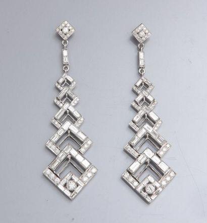 Paire de grandes boucles d'oreilles en or gris 750°/00 (hibou) serties de diamants...