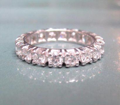 Alliance en or gris 750°/00 (tête d'aigle), sertie de diamants taille brillant pour...