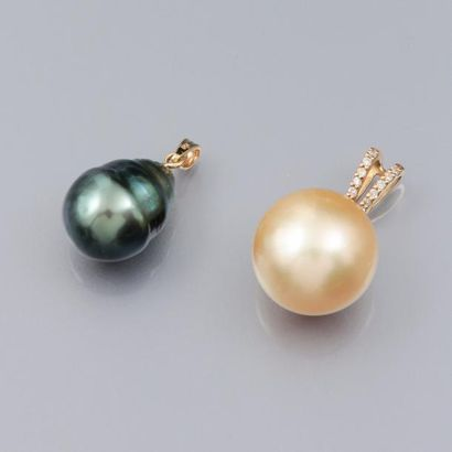 Deux pendentifs sertis de perles de culture...