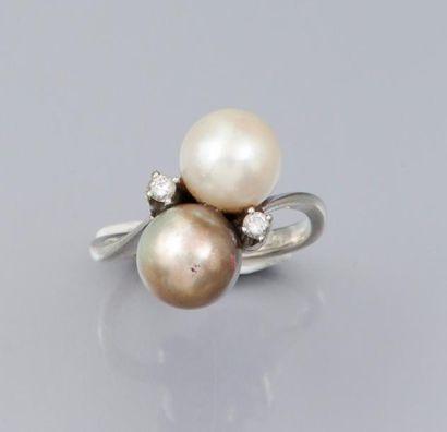 Bague en or gris 750°/00 sertie de deux perles...