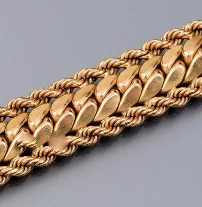 Bracelet en or jaune 750°/00 à maille tressée....