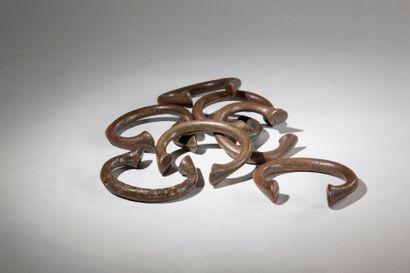 BAOULE, huit MANILLES en bronze, ancienne...