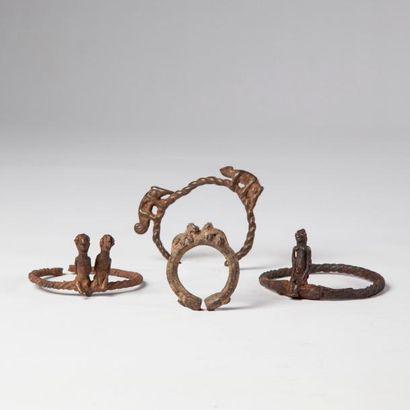 LOBI, lot de quatre BRACELETS en bronze ornés...