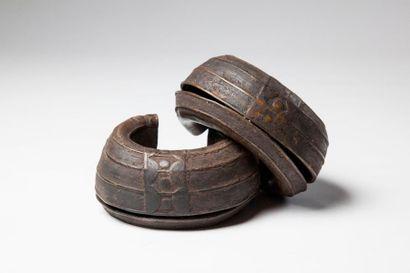 BAOULE, paire de CHEVILLIERES en bronze....