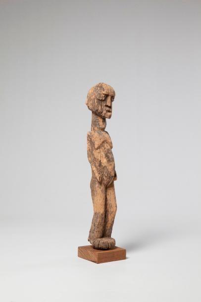 LOBI. Statue féminine bras collés au corps,...