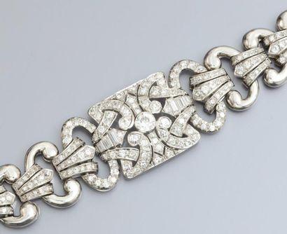 Important bracelet en platine à décor géométrique...