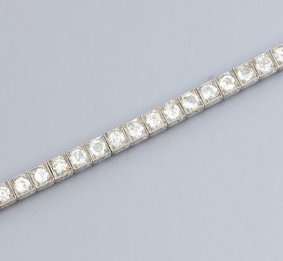 Bracelet ligne en platine et or gris 750°/00, serti de diamants demi taille pour...