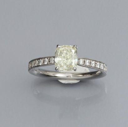 Bague en or gris 750°/00 sertie d 'un diamant...