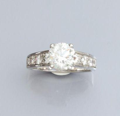 Bague en or gris 750°/00, sertie d 'un diamant...