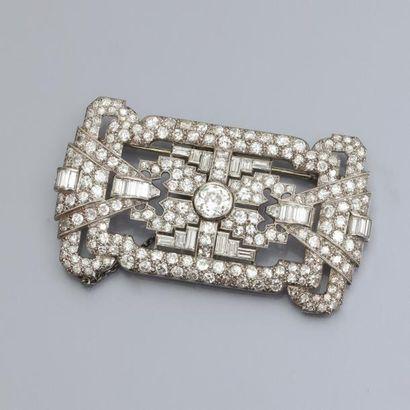 Broche plaque en platine centrée d'un diamant demi taille de 0.80/0.90 carat environ,...