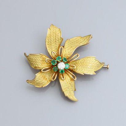 Broche fleur en or jaune 750°/00, sertie d'un diamant taille ancienne, entourage...