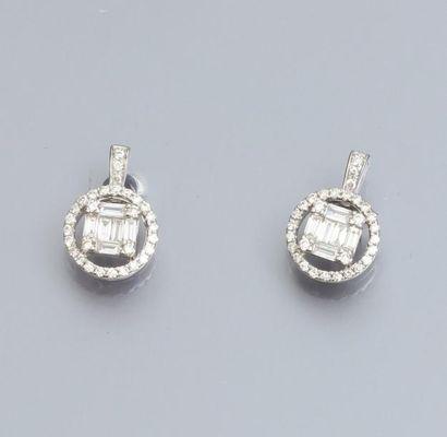 Paire de boucles d'oreilles en or gris 750°/00, serties de diamants baguettes et...