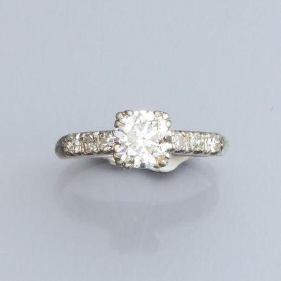 Bague en platine, sertie d 'un diamant taille...