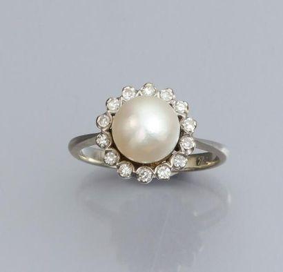 Bague en or gris 750°/00, sertie d 'une perle...
