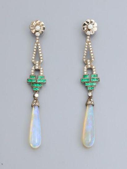 Paire de boucles d'oreilles en or gris 750°/00 serties de diamants, d'émeraudes...