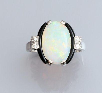 Bague en or gris 750°/00, sertie d 'une opale...